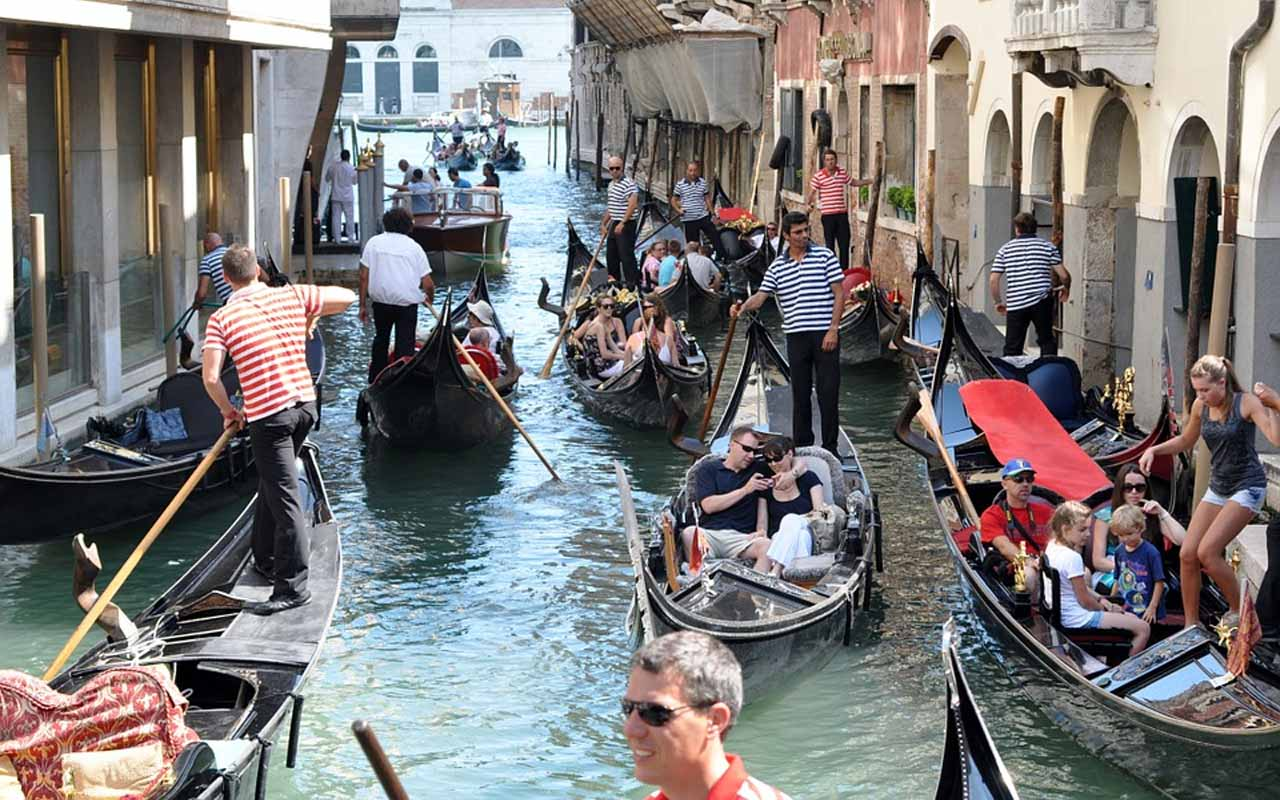Venice, Italy, commute, traffic, romance, love, boat, boating